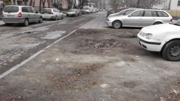 """Кални терени край СОУ""""Димитър Матевски"""", използвани за паркиране, подтикнаха пловдивчанинда"""