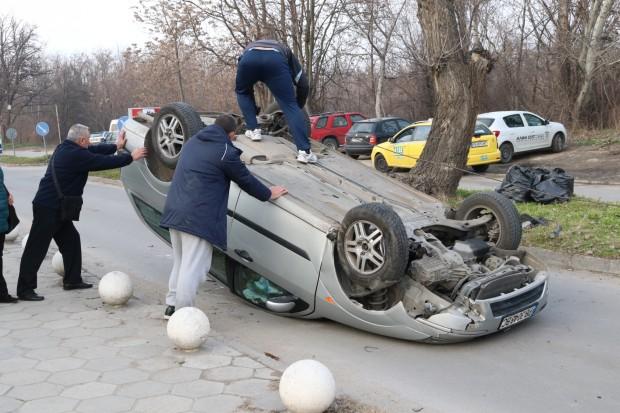 """Лек автомобил """"Форд"""" се е обърнал по таван в района"""