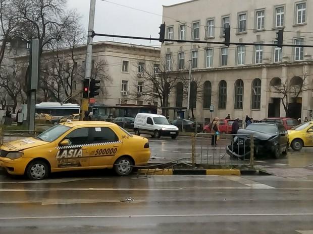 """Varna24.bg Такси и лек автомобил """"Фолксваген"""" се блъснаха преди минути"""