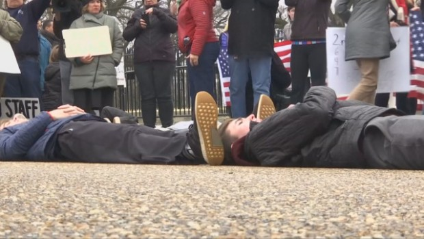 Ученици се престориха на мъртви в протестна демонстрация пред Белия