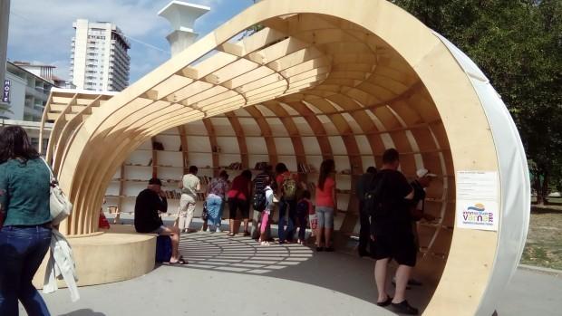 Varna24.bg един от създателите на атрактивната инсталация Боян Симеонов.Младите хора,