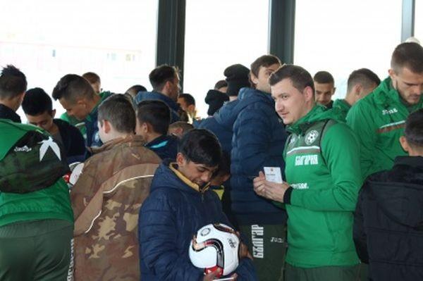 Снимка: Националите зарадваха малки фенове в Разград