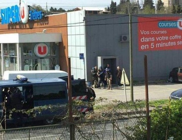 Туитър Полицай е застрелян, след което мъж е взет за заложник