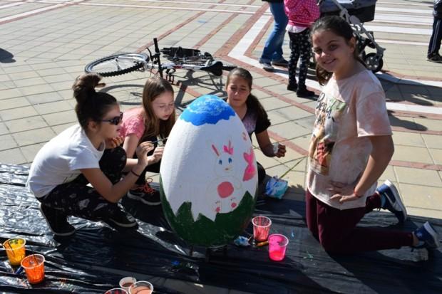 виж галерията Еднометрови гипсови яйца, гигантски зайци и пиленца от стиропор