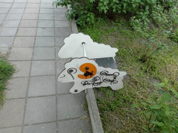 Неизвестни изкъртиха клатушка от пловдивски парк, замъкнаха я и я