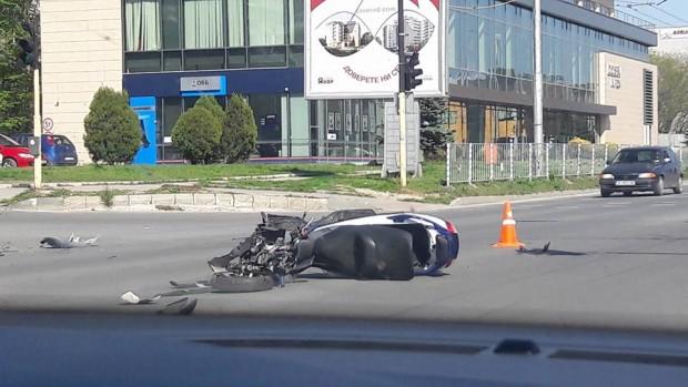 Фейсбук Тежка катастрофа между лек автомобил и мотоциклет по чудо се