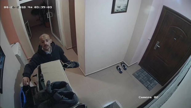 виж галерията Охранителни камери в жилищна кооперация заснеха крадец на скъпи