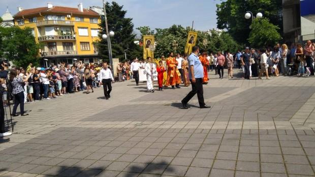 Вижте емоцията от празничното шествие в Бургас, посветено на 24 май!