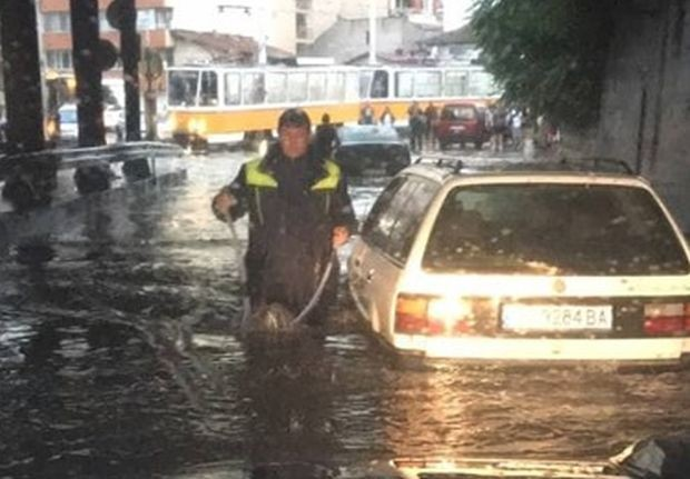 Фейсбук Гръмотевична буря и проливен дъжд се изля над столицата.