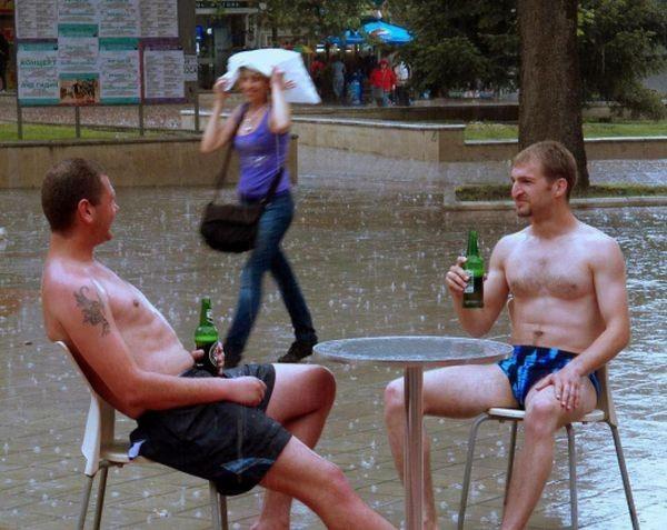 Фейсбук Снимка на двама младежи, които най-спокойно си пият биричка под