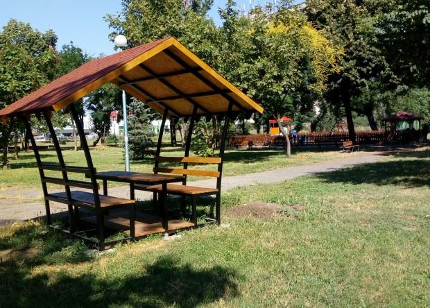 Снимка: Нови пейки и беседка в парк в