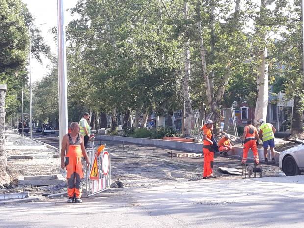 Положиха първия слой асфалт позападното платно на булевард
