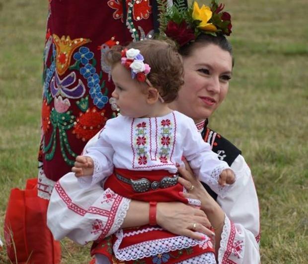 Стотици българи, много млади семейства с невръстни деца, облечени в