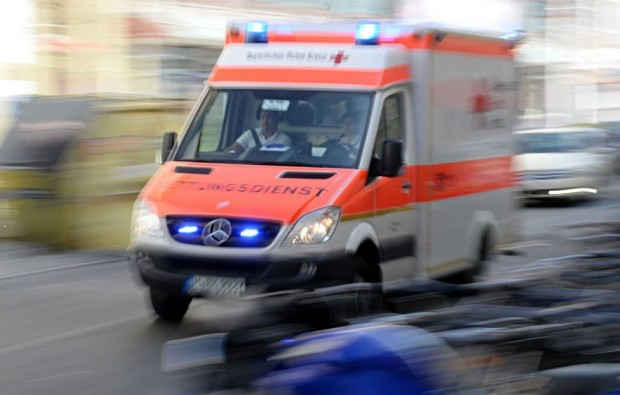 Туристически автобус се удари снощи с линейка в Северна Германия.