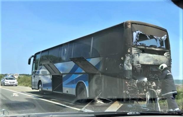 Автобус избухна в пламъци на пътя Бургас – Поморие, малко