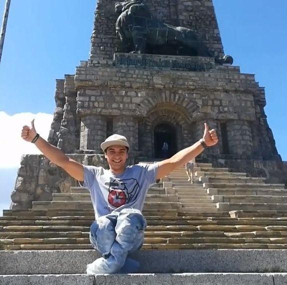 Varna24.bg. Той изкачи на ръце стъпалата на връх Шипка, за