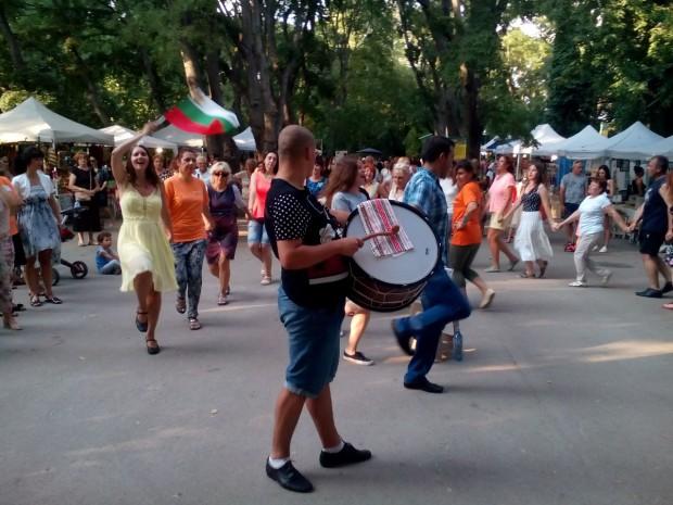 Туристи от Франция, Германия, Русия се включиха в благотворително хоро