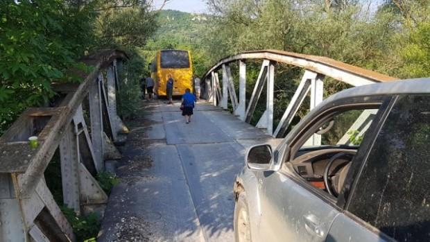 Заседнал автобус затвори пътя към Струпешкия манастир