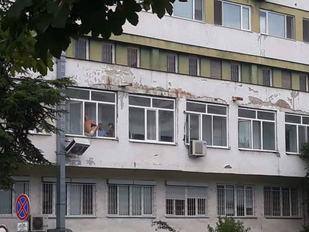 Burgas24.bg виж галерията Млад бургазлия плаши със самоубийство в УМБАЛ-Бургас, предава
