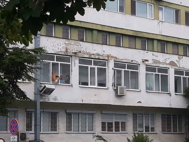 Млад бургазлия плаши със самоубийство в УМБАЛ-Бургас, предава репортер на