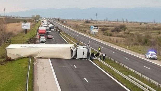 Шофьор на ТИР е загинал при катастрофата тази сутрин на