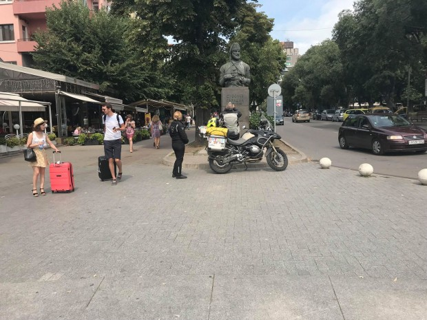 Varna24.bg.Мъжът и жената в кожени дрехи невъзмутимо си направиха снимки