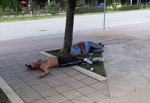 Снимка: Мъже се насвяткаха до козирката и заспаха на тротоар в Кючука