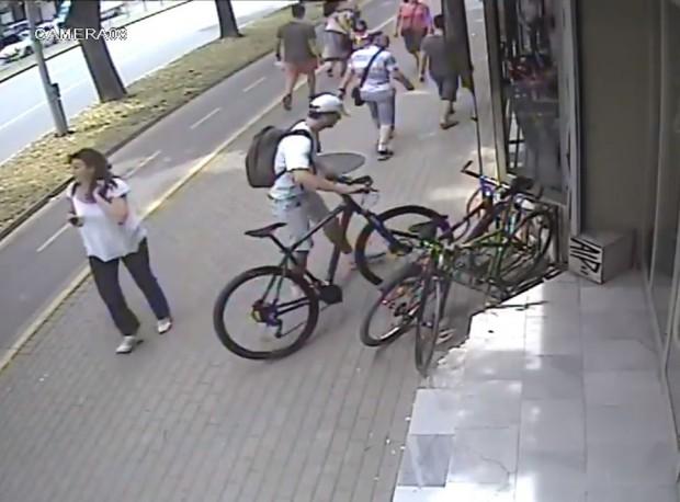 Камера е заснела как нагъл тип отмъква колело, паркирано пред
