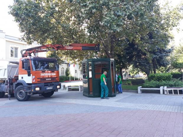 Монтират новия билетен център пред сградата на Общината, видя репортер