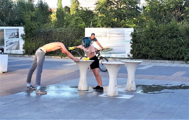 Burgas24.bg ни изпрати кратко видео от забавлението на двете хлапета.От
