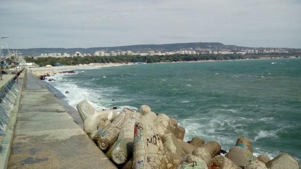 Вчера операцията бе прекратена заради силното вълнение на морето и
