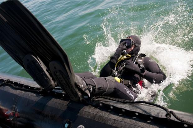 Дванайсет водолази от Военноморските сили обследват тетраподите на варненския вълнолом