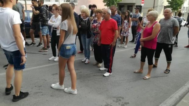 Близки на блъснатите от кола младежи на тротоар в Петрич