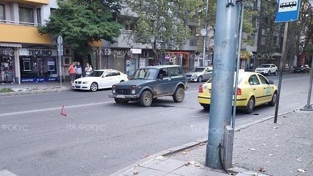 Аварирал джип затруднява движението по бул.