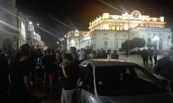 БНР Десетки недоволни граждани се събраха с автомобилите си около полунощ