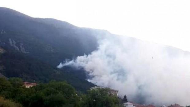 bTV Голям пожар избухна снощи над Карлово, гори борова гора. През