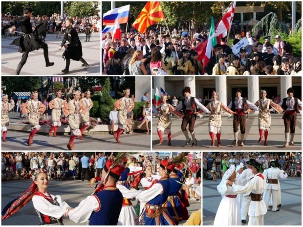 Burgas24.bg.Пъстрото шествие на състави от 11 държави премина от площад