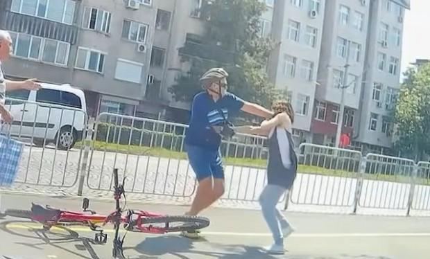 Колоездач и пешеходка сесбихана столичния булевард
