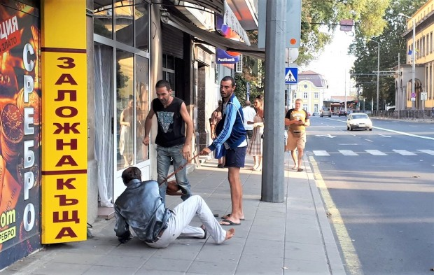 Брутални сцени се разиграват в този момент на бургаската ул.