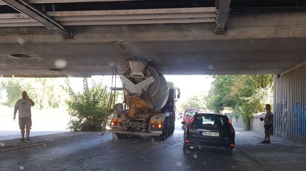Бетоновоз заседна под моста на ВИХВП (сега Университет по хранителни