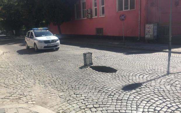 Дупка-чудовище се появи в самия център на Пловдив, предаде репортер