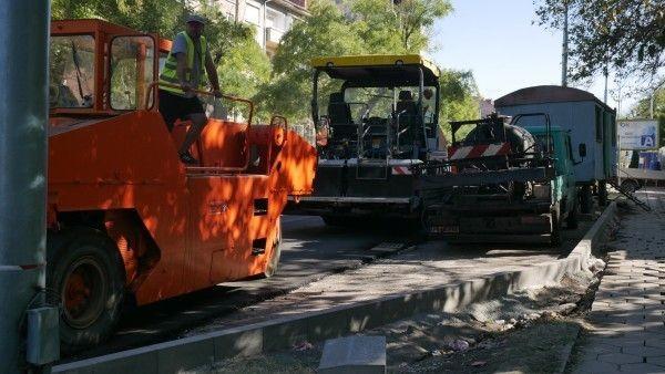 Напредва асфалтирането на участък на бул.