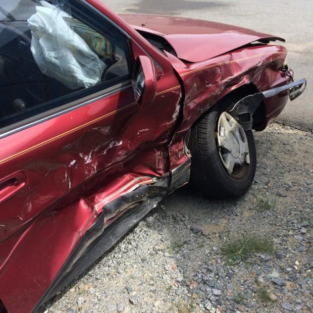 > ИлюстрацияОт удара автомобилът «Фолксваген Голф» се завърта и удря