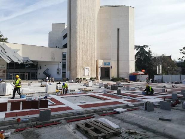 Усилено се работи по обновяването на площад