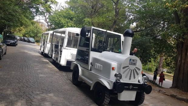 Бяло влакче с локомотив и два вагона. Това е новата