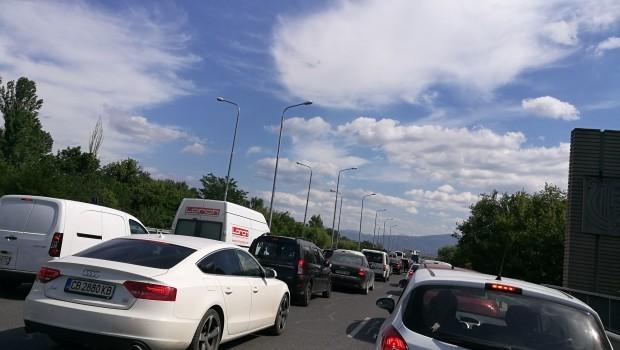 15-километрова колона затапи главен път Е 79 между Симитли и