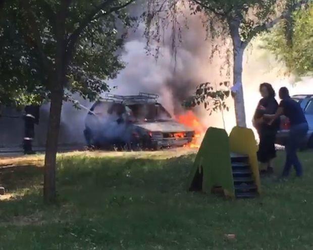 Лек автомобил изгоря в Пловдив, причините за инцидента са в
