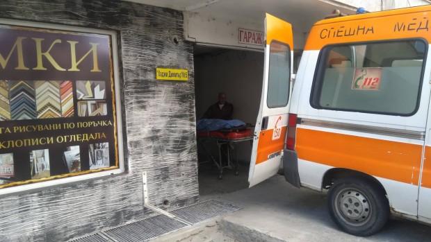 Трупна линейка току-що изнезе тялото на загиналия компютърен специалист, предава