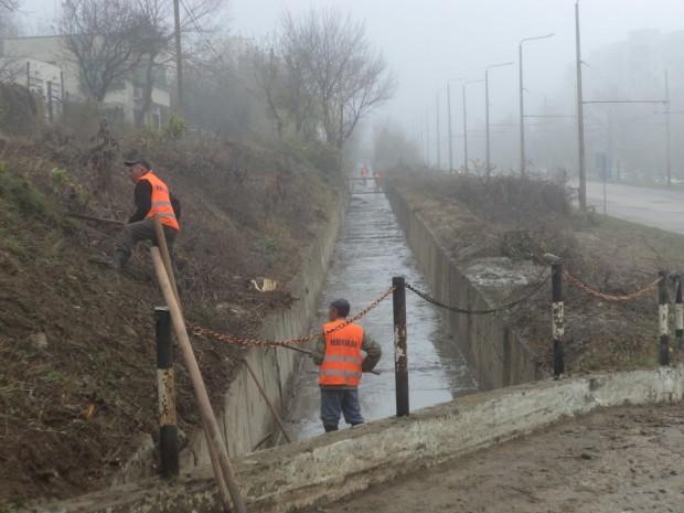 Почистване на участъци от отводнителни канали, дерета, канавки и водостоци