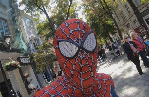 От няколко дни мъж с костюм на Спайдермен се катери